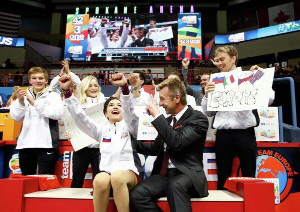 Сборная Европы по фигурному катанию. На первом плане в центре Евгения Медведева и капитан команды Кристофер Дин