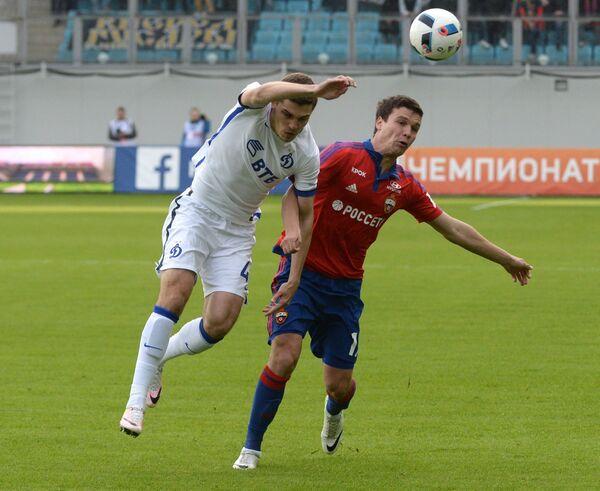 Полузащитники ЦСКА Сергей Ткачёв (справа) и Динамо Роман Зобнин