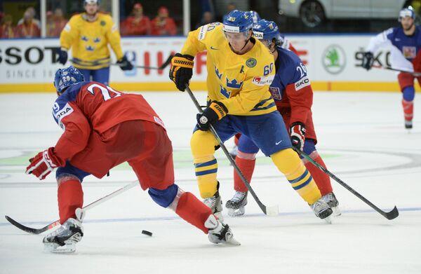 Форвард сборной Швеции по хоккею Микаэль Баклунд (в центре)