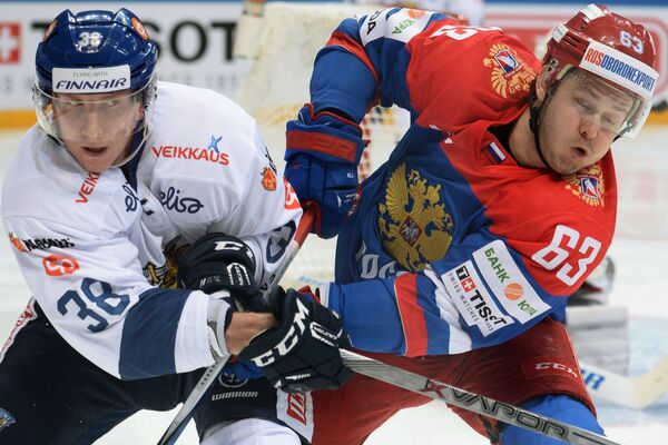 Защитник сборной Финляндии Юусо Хиетанен и форвард сборной России Евгений Дадонов (справа)