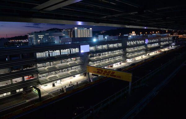 Вид на зрительскую трибуну и гоночную трассу Сочи Автодром