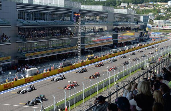 Болиды гонщиков на стартовой решетке Гран-при России