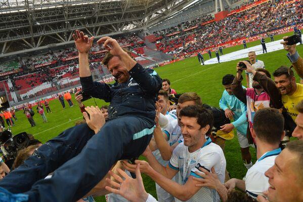 Игроки и главный тренер ФК Зенит Андре Виллаш-Боаш