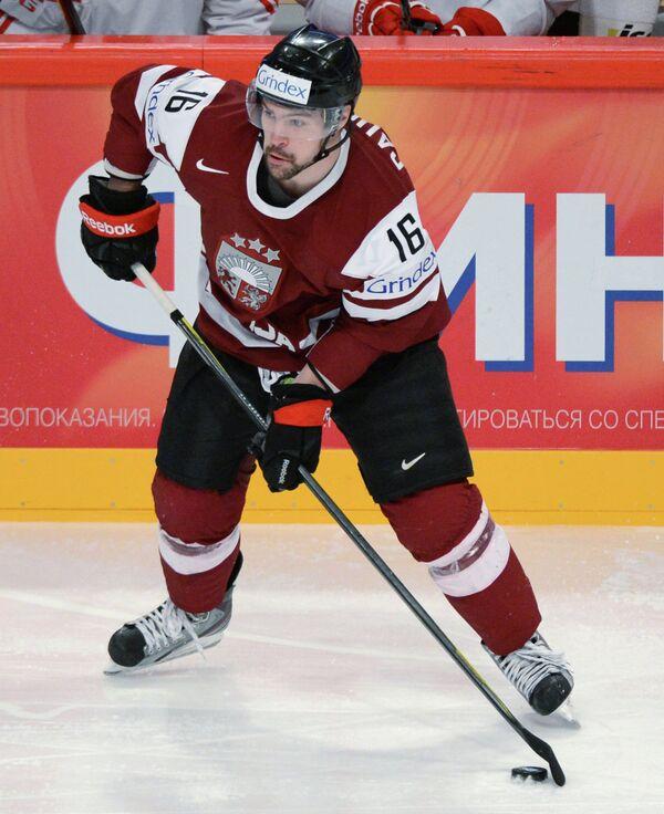 Нападающий сборной Латвии Каспарс Даугавиньш во время матча чемпионата мира