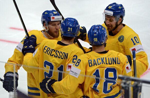 Игроки сборной Швеции радуются заброшенной шайбе (второй слева - автор гола Джимми Эрикссон)