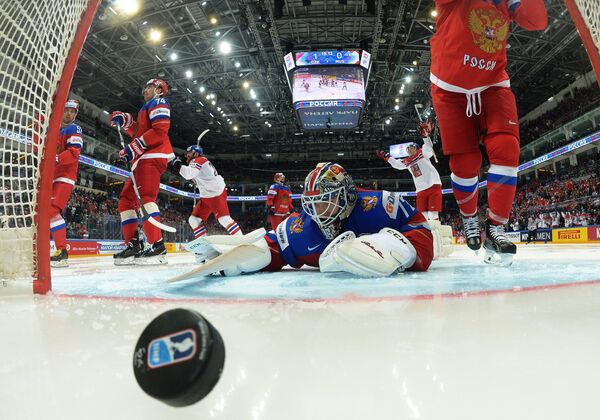 Вратарь сборной России Сергей Бобровский пропускает шайбу в матче с командой Чехии