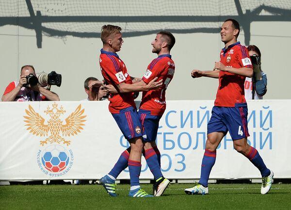 Футболисты ЦСКА Понтус Вернблум, Зоран Тошич и Сергей Игнашевич (слева направо)