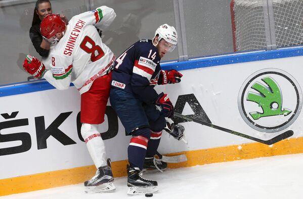 Защитник сборной Белоруссии Илья Шинкевич (слева) и форвард сборной США Тайлер Мотт