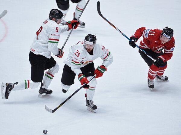 Хоккеисты сборной Венгрии Андраш Бенк, Балинт Магоши и нападающий сборной Канады Брендан Галлахер (слева направо)