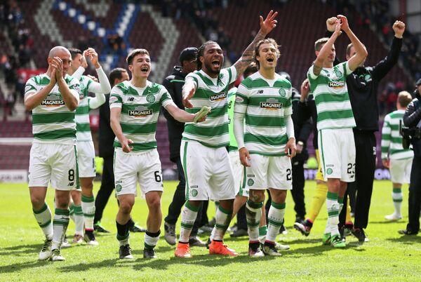 Футболисты Селтика радуются победе в чемпионате Шотландии