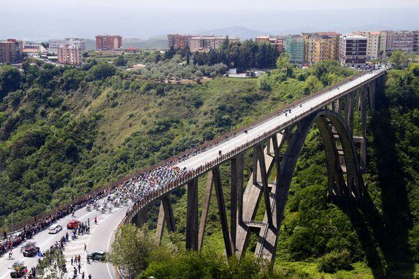 Велогонщики преодолевают мост на 4-м этапе Джиро Д'Италия-2016