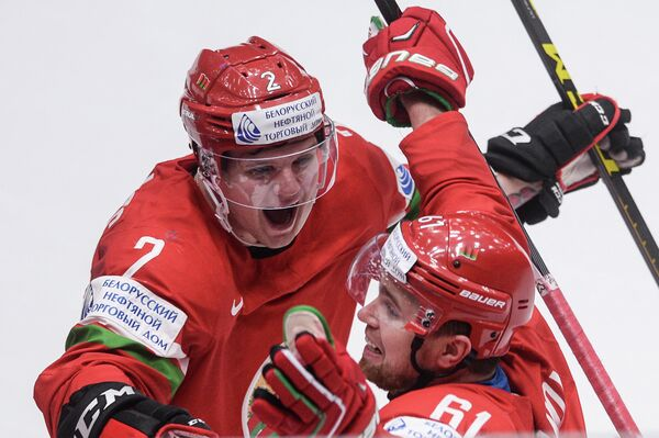 Хоккеисты сборной Белоруссии Кирилл Готовец (слева) и Андрей Степанов радуются победе