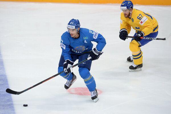 Форвард сборной Казахстана Брэндон Боченски и нападающий сборной Швеции Линус Умарк (справа)
