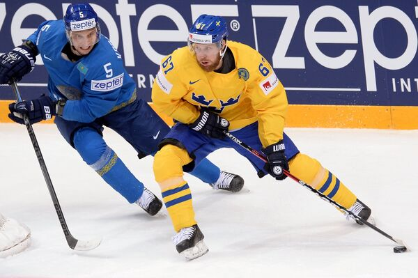 Защитник сборной Казахстана Андрей Корабейников и форвард сборной Швеции Линус Умарк (справа)