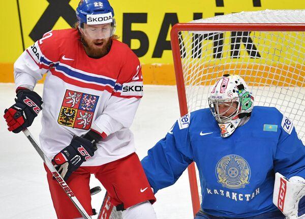 Нападающий сборной Чехии Лукаш Кашпар (слева) и вратарь сборной Казахстана Виталий Колесник