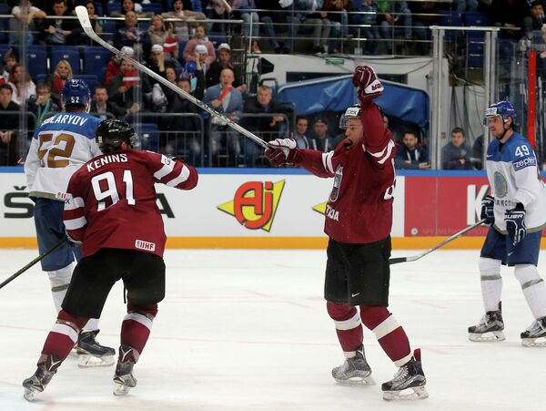 Хоккеисты сборной Латвии радуются заброшенной шайбе в ворота команды Казахстана