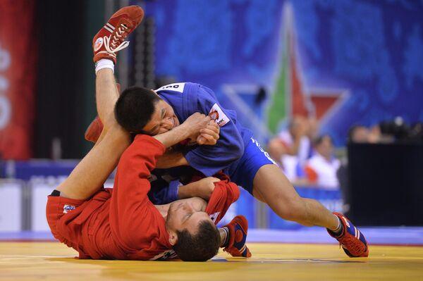 Валерий Соронков (Россия) (слева) во время поединка с Тиграном Киракоссяном (Армения)