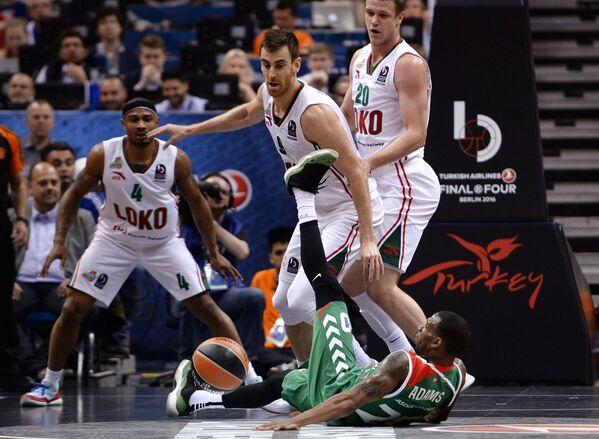 Игровой момент матча за третье место Финала четырех баскетбольной Евролиги БК Локомотив-Кубань - БК Лабораль Кутча