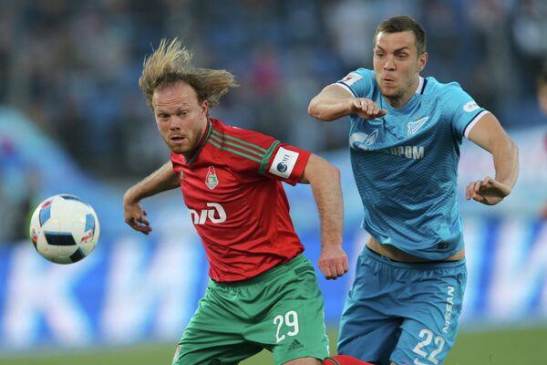 Защитник Локомотива Виталий Денисов (слева) и форвард Зенита Артём Дзюба