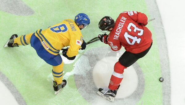 Форвард сборной Швейцарии Моррис Трахслер (справа) и форвард сборной Швеции Микаэль Баклунд