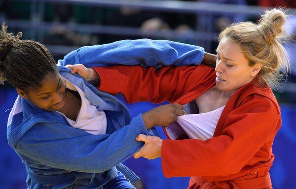 Селин Кондэ (Франция) (слева) и Маргарита Гурциева (Россия)