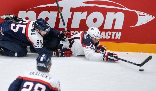 Нападающие сборной Словакии Томаш Марцинко (слева) и сборной США Хадсон Фашинг
