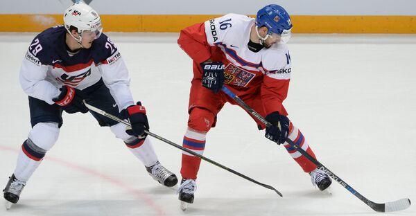 Защитник сборной США Джейк Маккейб (слева) и нападающий сборной Чехии Михал Бирнер