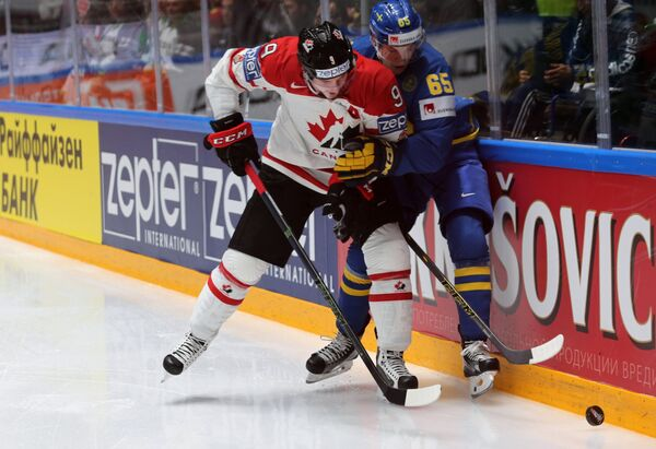 Нападающий сборной Канады Мэтт Дюшейн и форвард сборной Швеции Андре Бураковски (справа)