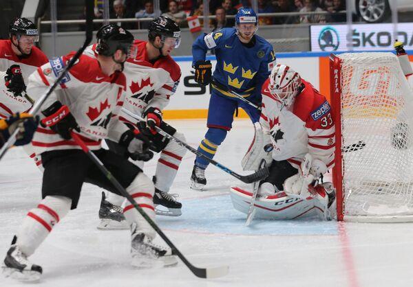 Игровой момент у ворот сборной Канады