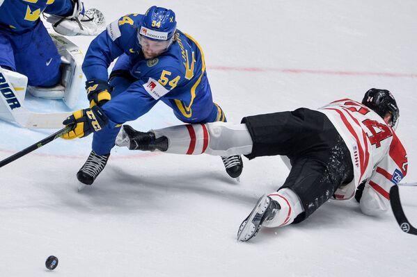 Защитник сборной Швеции Антон Линдхольм и форвард сборной Канады Кори Перри (слева направо)