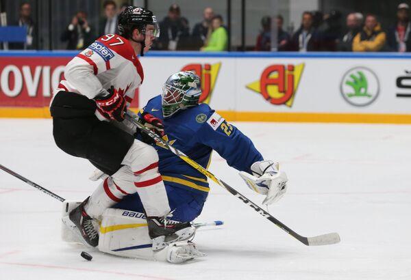 Нападающий сборной Канады Коннор Макдэвид и вратарь сборной Швеции Якоб Маркстрём (справа)