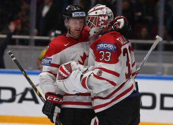 Хоккеисты сборной Канады Майкл Мэтисон и вратарь Кэм Тальбо (справа)