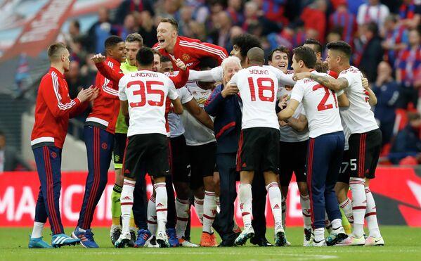 Футболисты Манчестер Юнайтед радуются победе в Кубке Англии