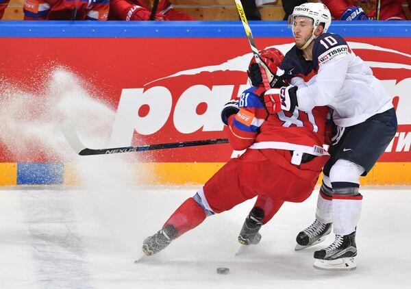 Защитник сборной России Дмитрий Орлов (слева) и форвард сборной США Джордан Шрёдер