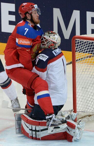 Вратарь сборной США Кейт Кинкейд (справа) и форвард сборной России Иван Телегин