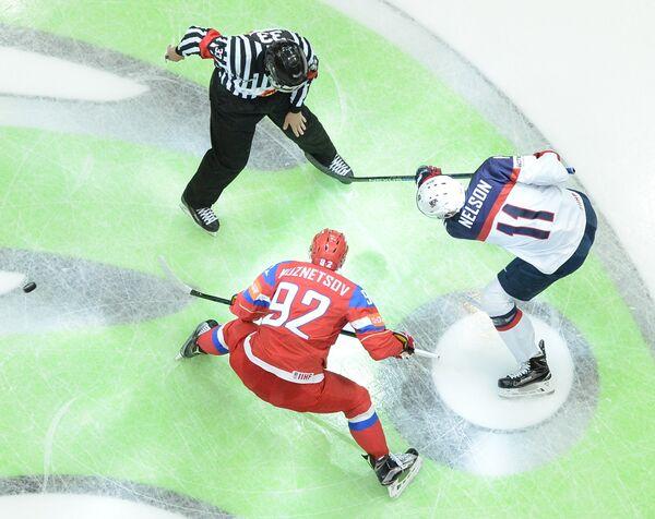 Форвард сборной России Евгений Кузнецов (слева) и нападающий сборной США Брок Нельсон