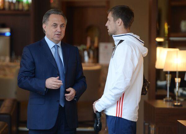Министр спорта РФ Виталий Мутко (слева) и защитник сборной России Дмитрий Комбаров