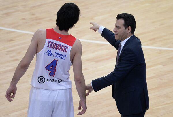 Защитник ПБК ЦСКА Милош Теодосич (слева) и главный тренер ПБК ЦСКА Димитрис Итудис