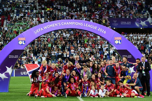 Футболистки и тренерский штаб французского Лиона