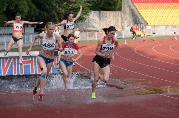 Спортсменки во время забега на 1500 метров с препятствиями на соревнованиях среди женщин на командном чемпионате России по легкой атлетике в Сочи