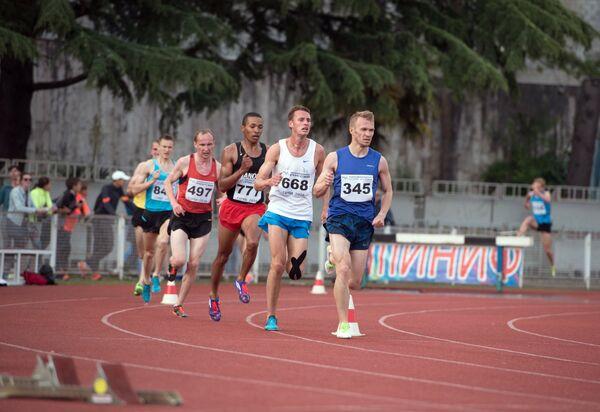 Спортсмены во время забега на 3000 метров с препятствиями на соревнованиях среди мужчин на командном чемпионате России по легкой атлетике