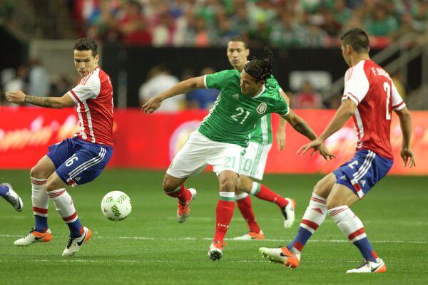 Игровой момент матча Мексика - Парагвай