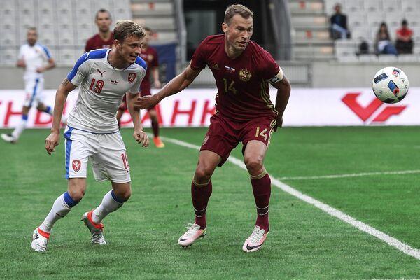 Защитник сборной России Василий Березуцкий и полузащитник сборной Чехии Ладислав Крейчи (слева)