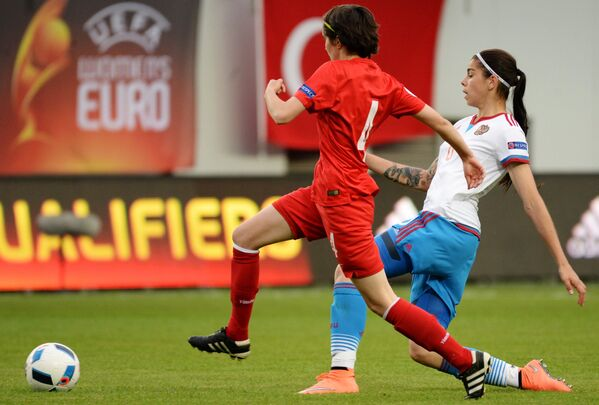 Защитник сборной Турции Эсра Сибел Тезкан (слева) и форвард сборной России Надежда Карпова