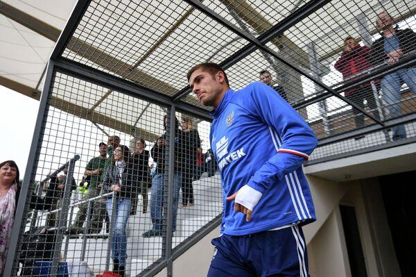Защитник сборной России Роман Нойштедтер перед началом тренировки
