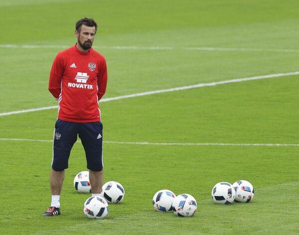 Тренер сборной России по футболу Сергей Семак во время тренировки