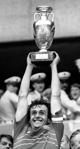 Полузащитник сборной Франции Мишель Платини с кубком, 1984 год