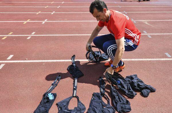 Тренер по физподготовке сборной России по футболу Паулино Гранеро перед началом тренировки