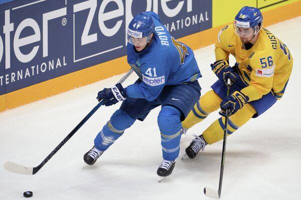 Нападающий сборной Казахстана Дастин Бойд и защитник сборной Швеции Эрик Густафссон (справа)
