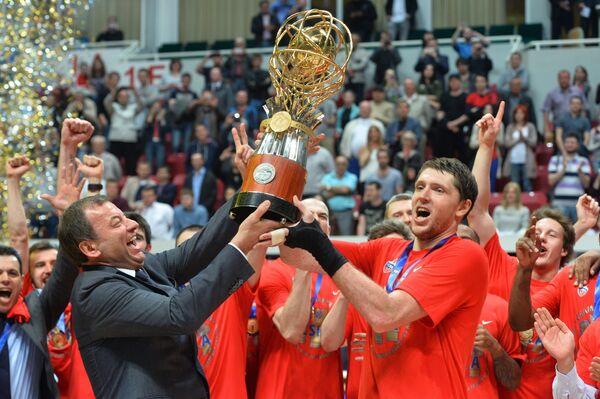 Президент Единой Лиги ВТБ Сергей Кущенко (слева) и форвард ПБК ЦСКА Виктор Хряпа